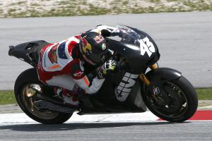 Miller descuelga mucho el cuerpo, pero lo lleva pegado a la moto