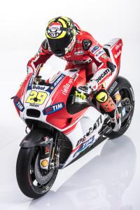 19-Ducati_MotGP_Team_2015_50_Iannone