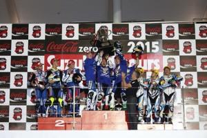 Los pilotos del Tech3 junto a Nakasuga con el trofeo