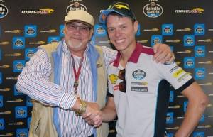 El propietario del equipo sellando el paso del piloto a MotoGP