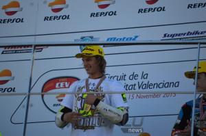 En lo alto del podio de la categoría de Moto3