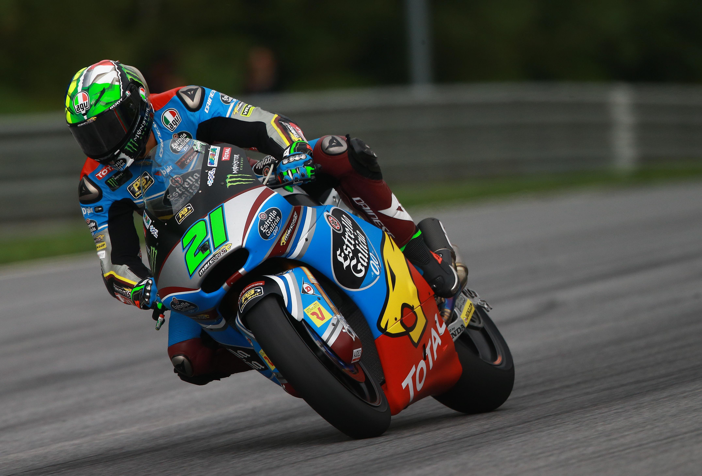 Franco Morbidelli se desentiende de la lucha de Márquez y Lüthi para vencer