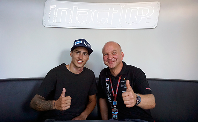 Xavi Vierge salta a la moto de Sandro Cortese con el IntactGP
