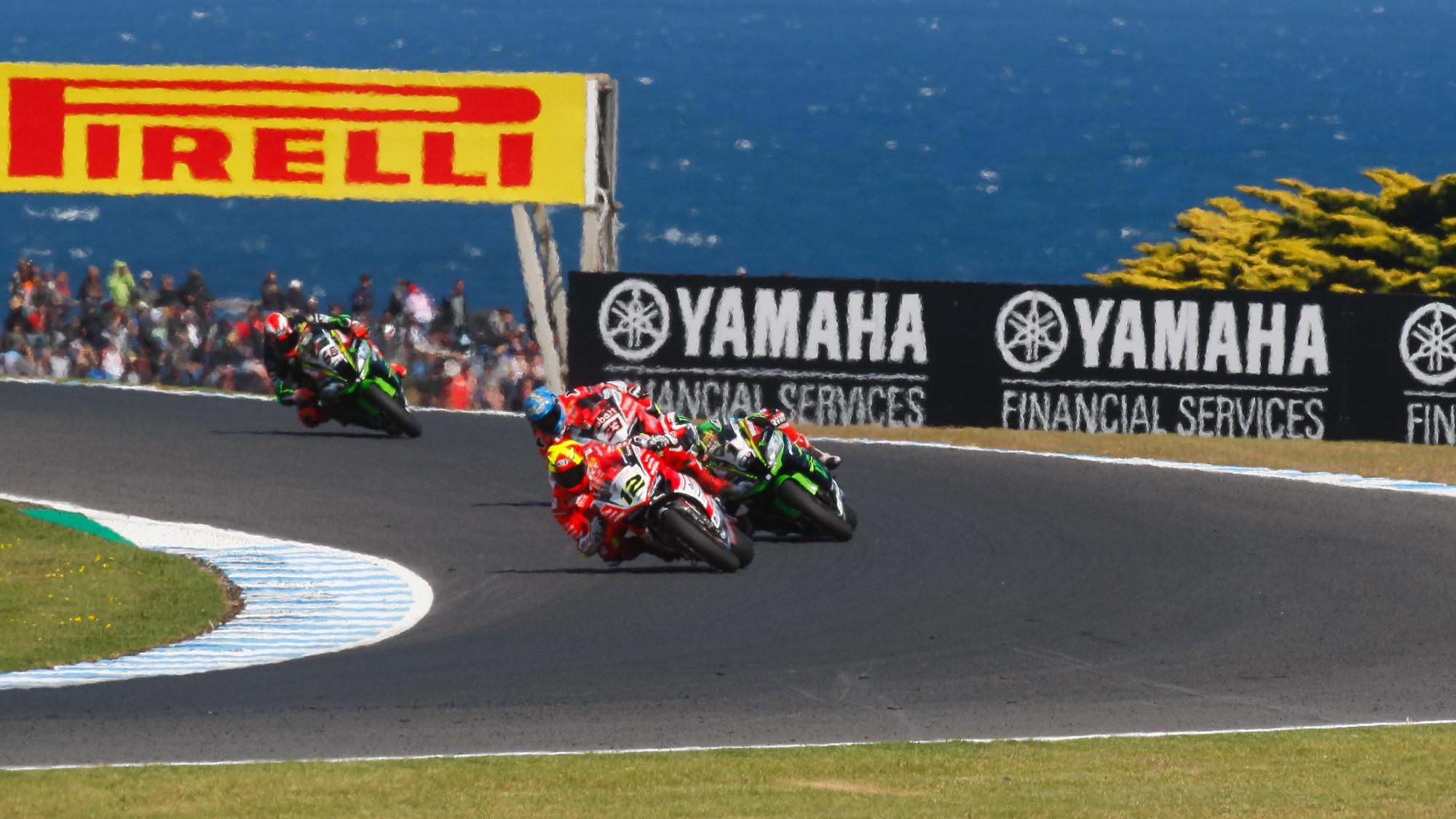 Xavi Forés consigue la gesta de hacer podio con moto no oficial. Melandri gana en la línea de meta