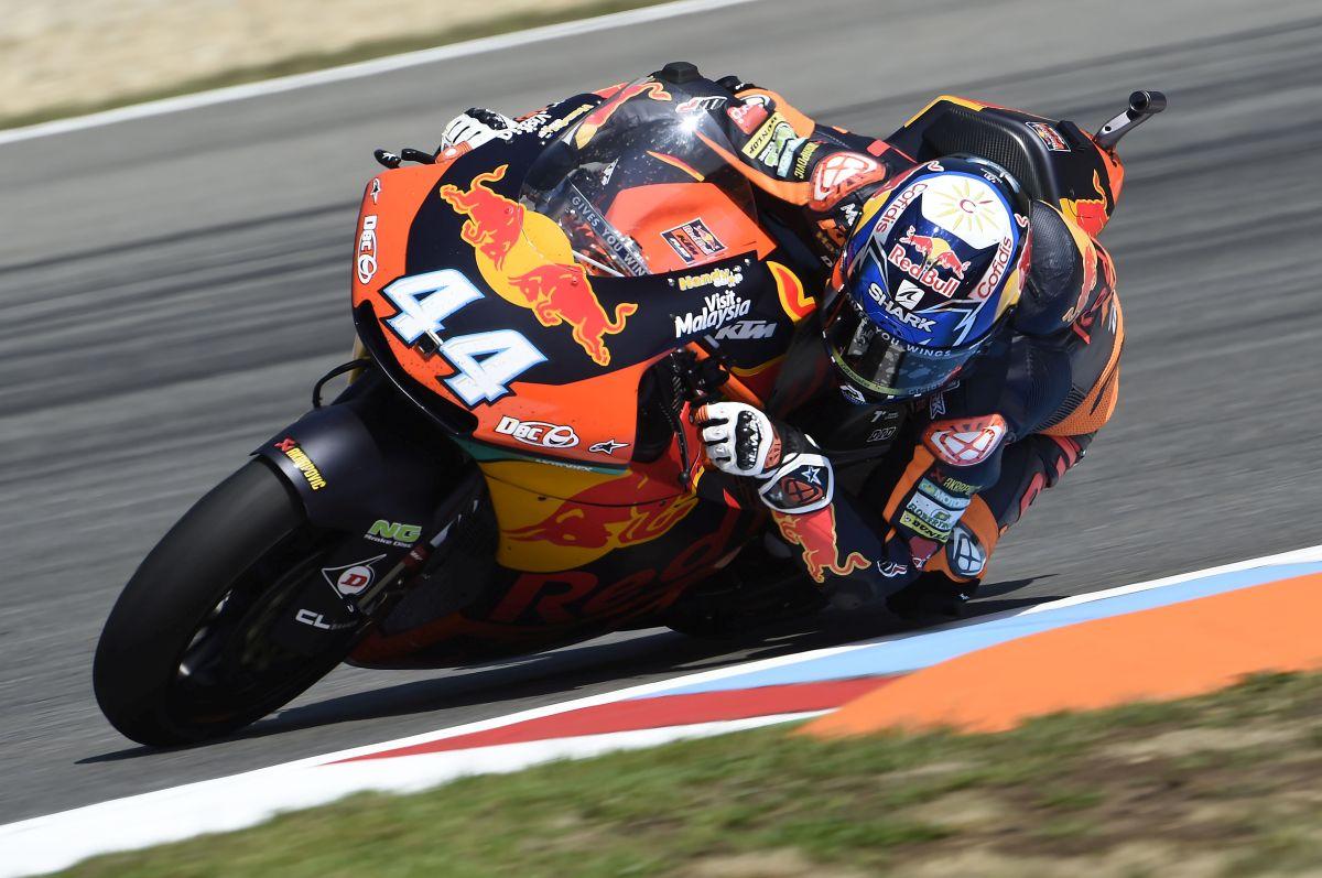 Miguel Oliveira conquista la carrera ante un correoso Luca Marini