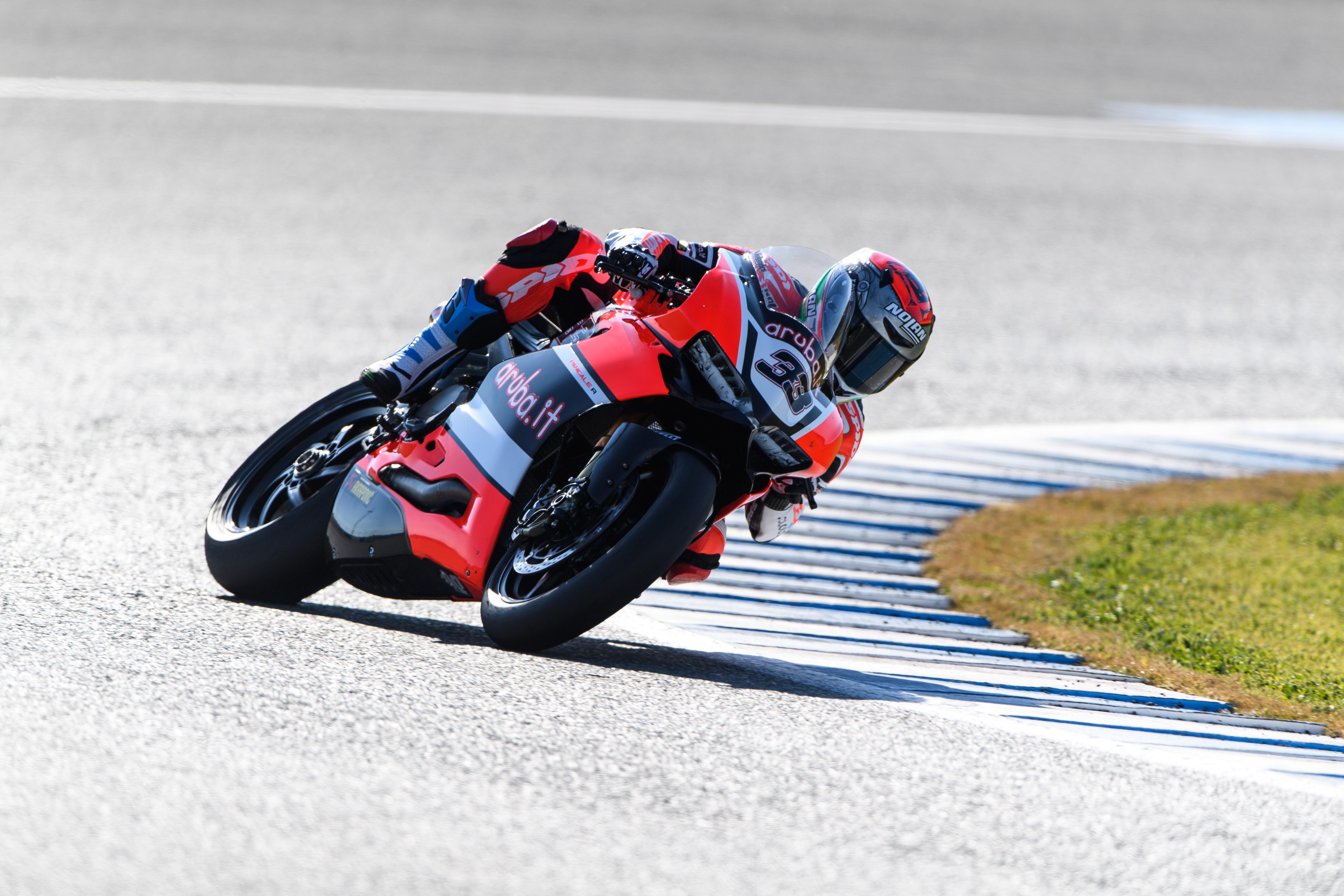 Test Jerez de Superbikes. Marco Melandri marca el ritmo por delante de la Yamaha de Alex Lowes