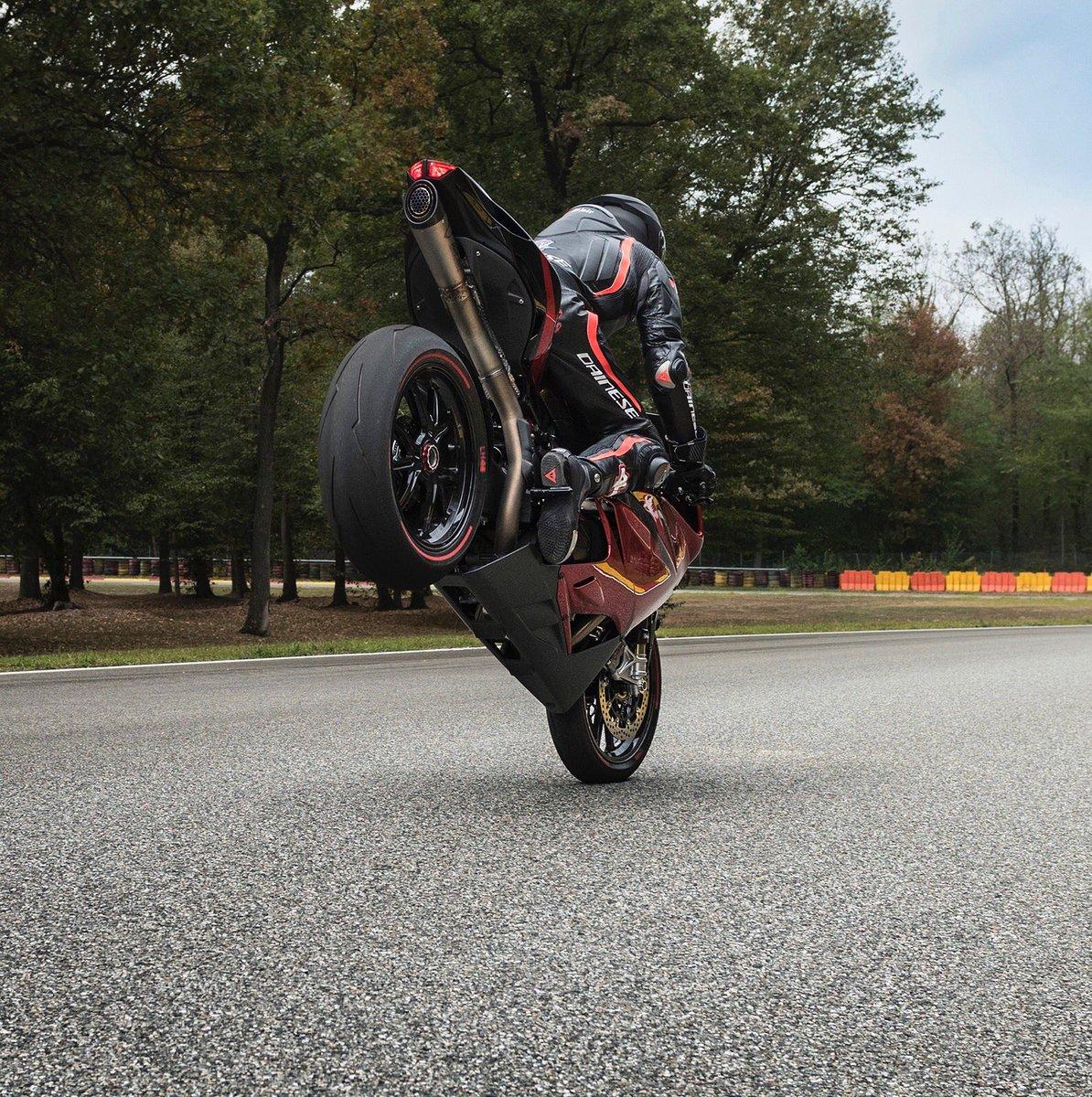 [Vídeo] – Lewis Hamilton pilota una moto junto a Cal Crutchlow
