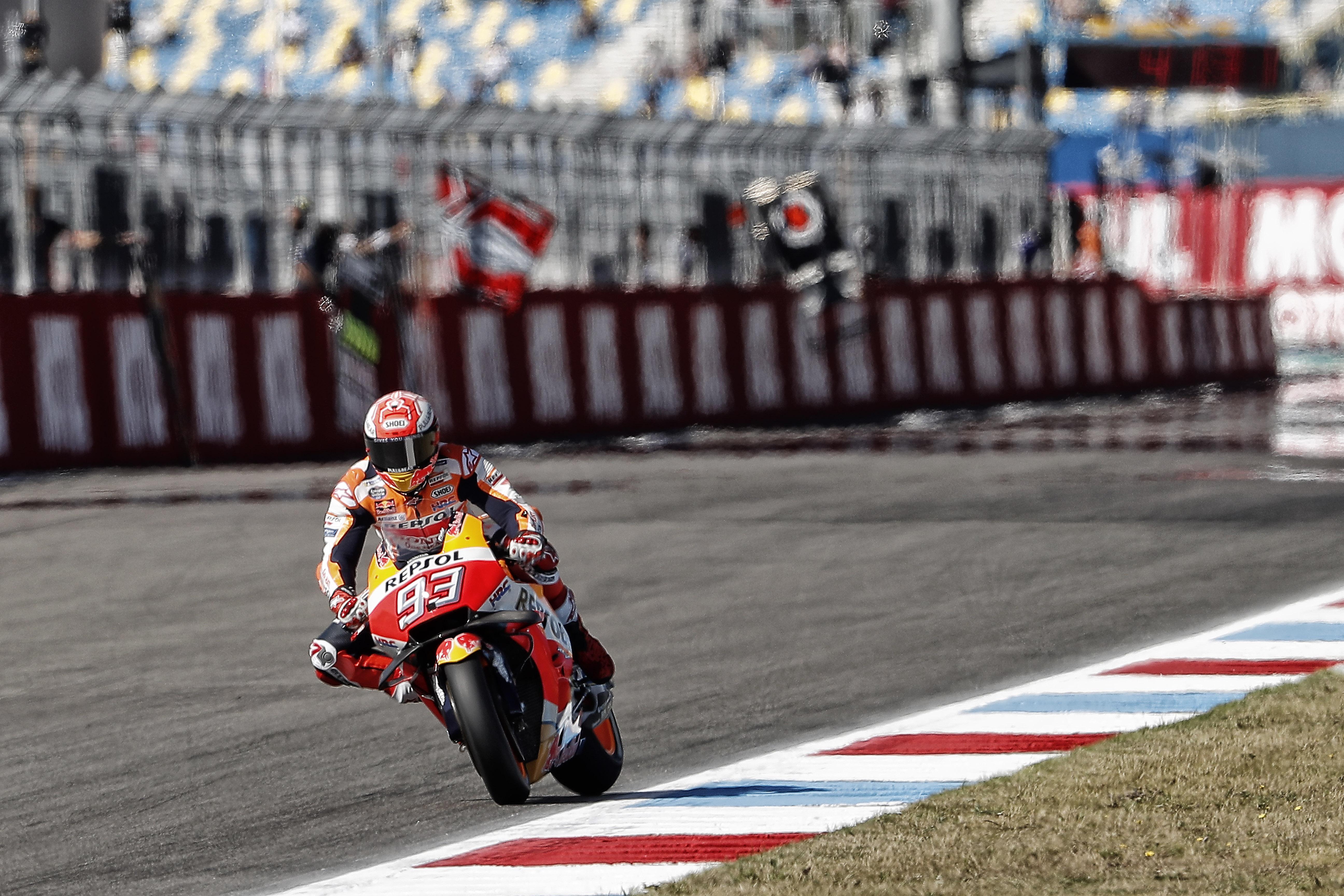 Marc Márquez se lleva una pole al estilo Moto3, en el último suspiro