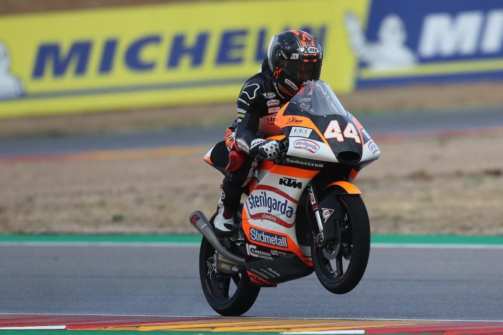 Arón Canet se escapa y aprieta el mundial de Moto3 en Aragón